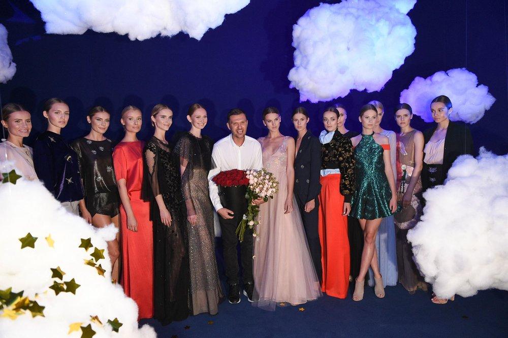 Maciej Zień i modelki podczas finału/fot. Filip Okopny