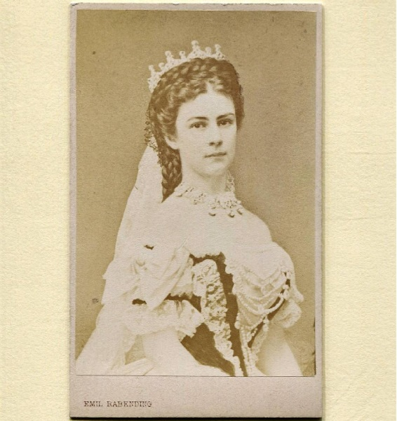 Elżbieta Bawarska została koronowana w roku 1867. Miała wówczas na sobie suknie Wortha/Instagram: @empresselisabethsisi