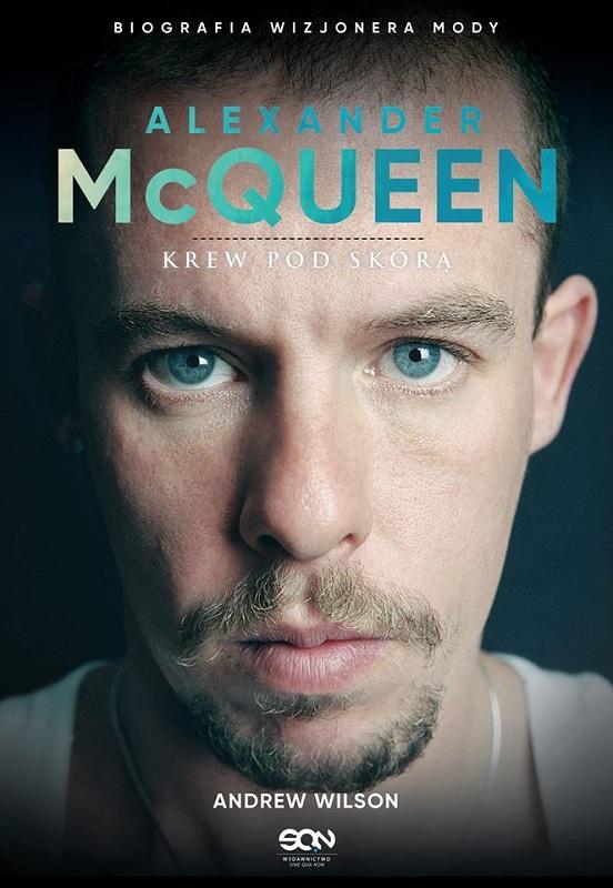 """Okładka książki Andrew Wilson'a """"Alexander McQueen. Krew pod skórą"""""""