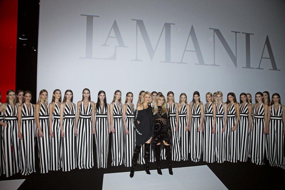 Liliana Pryma i Joanna Przetakiewicz z modelkami, po pokazie/fot. AKPA