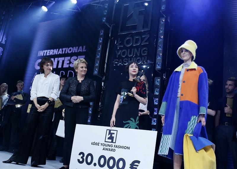Chińska projektantka Chen Zhi odbierająca nagrodę