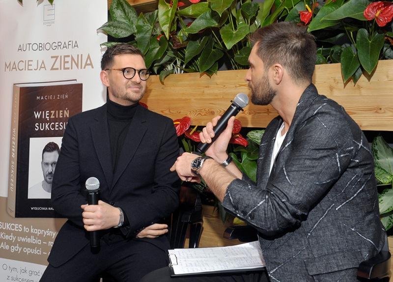 Maciej Zień i prowadzący spotkanie Mateusz Hładki