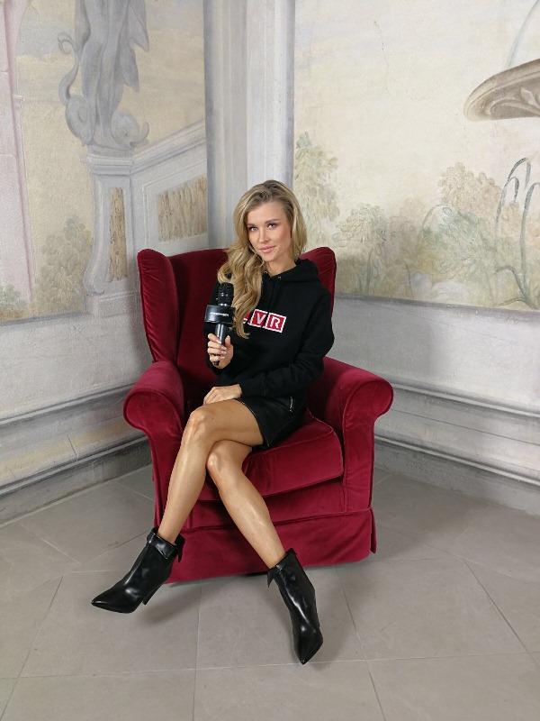 """Joanna Krupa w bluzie LVR podczas sesji do magazynu """"LVR Diary"""" we Florencji/fot. Anna Puślecka"""