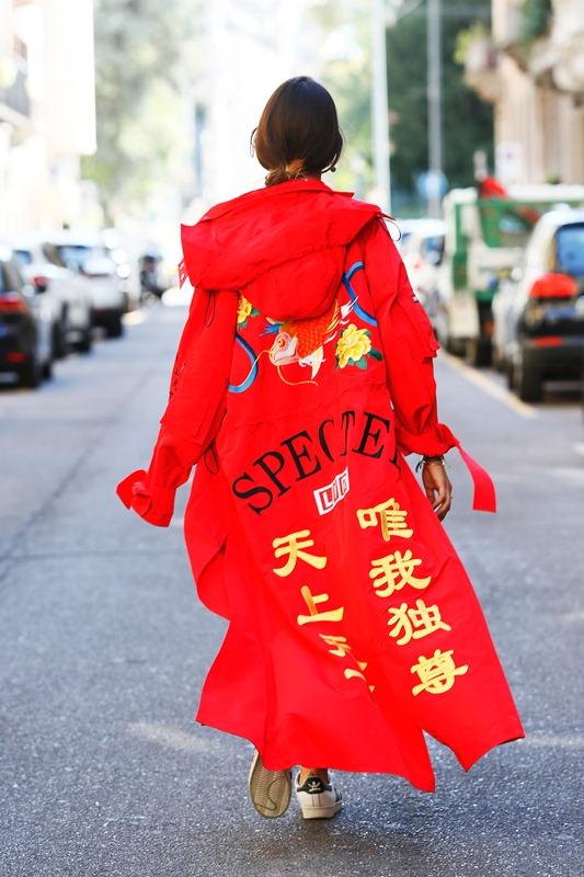 Marsica Fossati w płaszczu z limitowanej kolekcji Angel Chen x LVR podczas Milan Fashion Week
