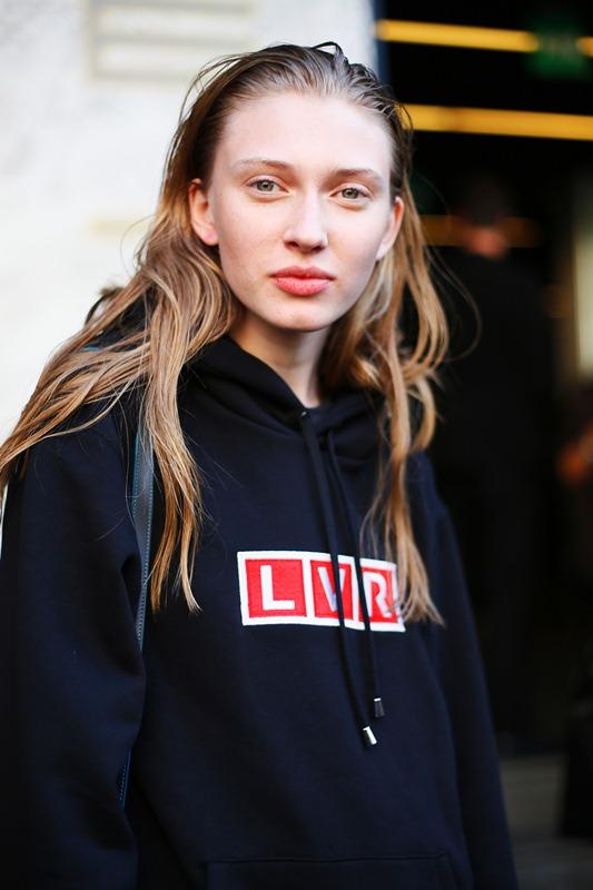 Modelka w bluzie LVR podczas Milan Fashion Week