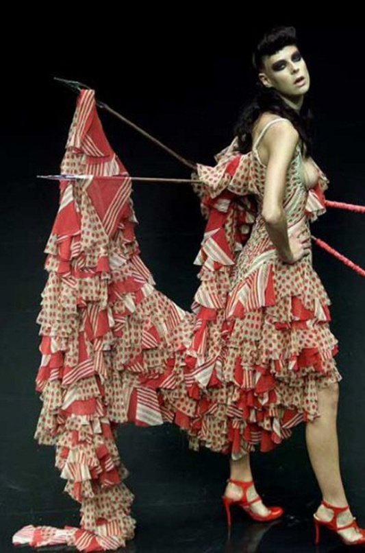 "Alexander McQueen wiosna - alto 2002 ""Dance of the Twisted Bull"" /fot. www.shrimptoncouture.com"