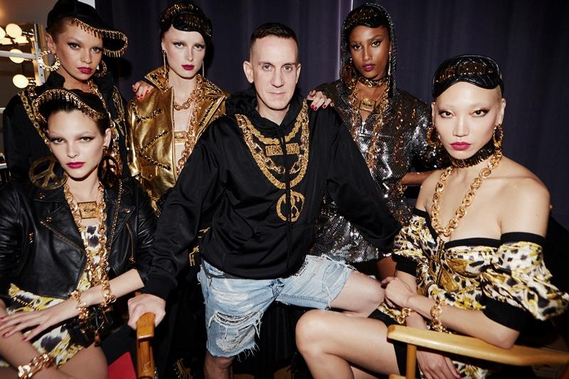 Jeremy Scott - dyrektor kreatywny MOSCHINO razem z modelkami/fot. materiały prasowe