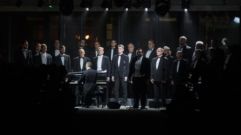 Muzykę na żywo podczas pokazu zapewnił Wyżyski Chór Męski/fot. Filip Okopny - Fashion Images