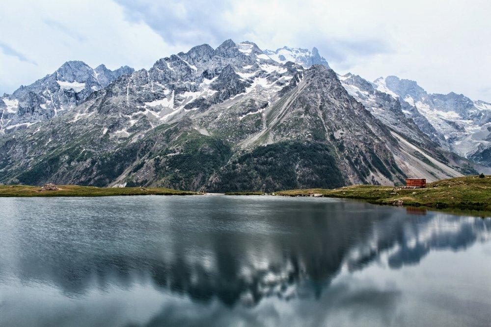 Un peu trop de vent ce soir la, mais jouer sur les réflexions dans un lac de montagne c'est magique