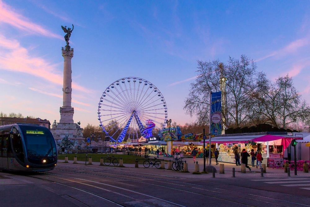 Coucher de soleil sur la foire aux plaisirs à Bordeaux