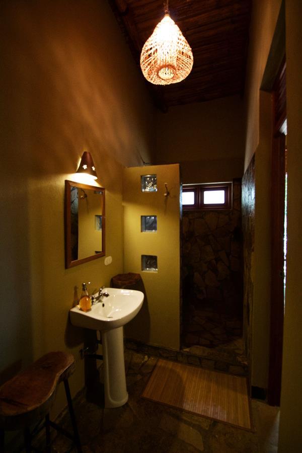 left_side_middle_room_bathroom (Copy).jpg