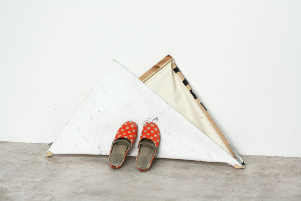 Gert Scheerlinck, Slippers on Canvas, 2015 ©