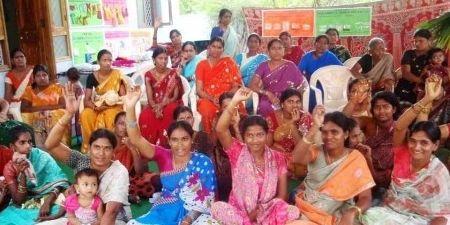 Figura 1. Visión del agua, Andhra Pradesh - India. Se organizaron reuniones en las aldeas a las que acudieron 600 personas y se recolectaron opiniones con respecto al agua. Esto garantizó que se oyeran las apreciaciones de los grupos más marginados de esta manera convirtiéndolos en parte de la desición. Sin embargo, el proceso fue unilateral, el Gobierno debe esforzarse por comunicar lo que acontece una vez puesto en marcha la Visión del Agua, para que los participantes vean el valor de su aporte.