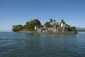 Figura 2.Lago de Izabal, Gualtemala. El Gobierno de Guatemala creó, en 1998, la Autoridad para el Manejo Sostenible de la Cuenca del Lago de Izabal y Río Dulce (AMASURLI), con el fin de proteger estos cuerpos de agua. AMASURLI, es un organismo de cuenca del Ministerio de Ambiente y Recursos Naturales, pero cuenta con representantes de otras entidades públicas, municipalidades y del sector privado. AMASURLIes un ejemplo deorganismoconsultivo con facultades muy limitadas.