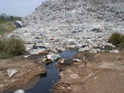 Imagen 3. Fotografía de lixiviación generada en un cúmulo de residuos domésticos.