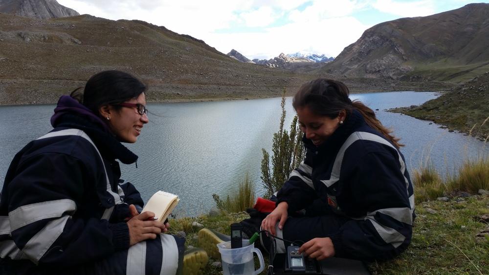 Equipo de Gidahatari monitoreando una cuenca andina