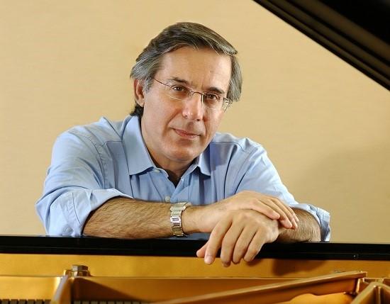 Pianist Arnoldo Cohen