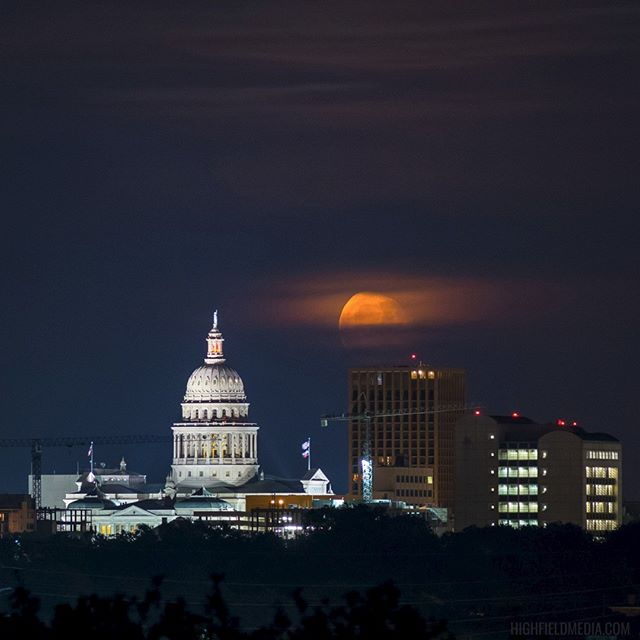 🌖 _______ #austin #austintx #atx #texasstatecapitol #moon #moonrise