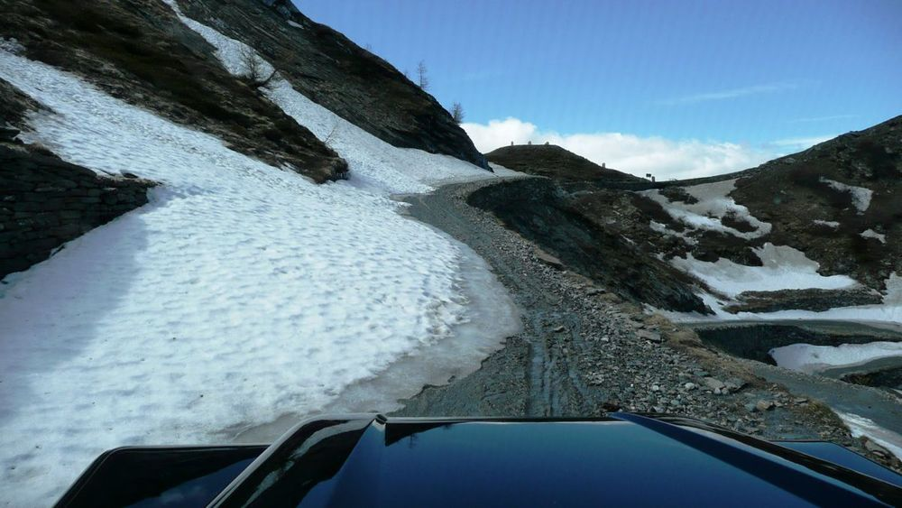 018-colle delle finestre - road blocked by snow 80m from top.jpg