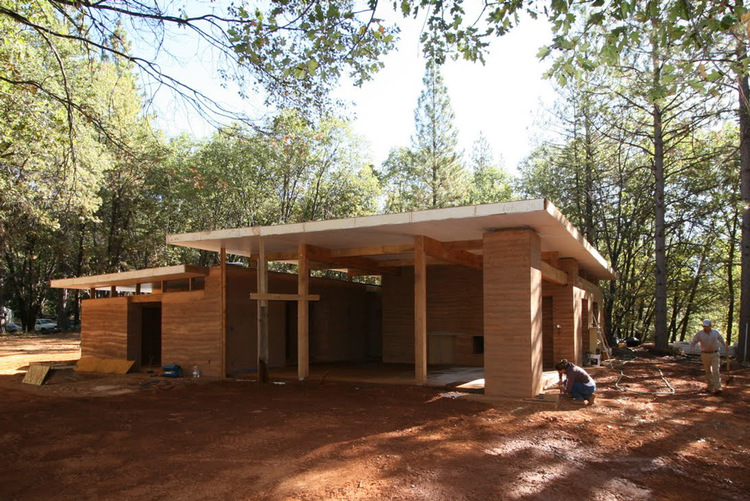 A rammed earth home in the mountains of california that uses repeating modular formwork and