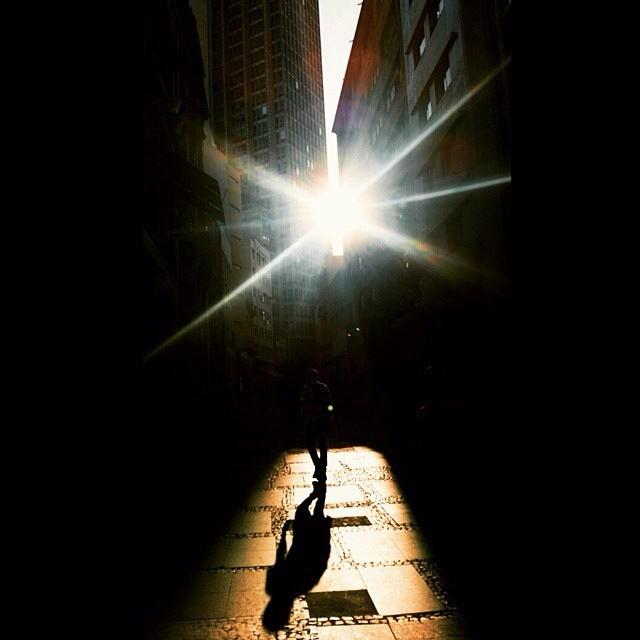 Foto registrada próximo ao metrô S. Bento por @felipetfragoso e selecionada entre as 10 melhores de abril pelo fotógrafo @brunoguerraimagem  Veja as outras fotos do mês no endereço abaixo  ________________________________  bit.ly/MelhoresAbril ________________________________  Para ter sua foto selecionada siga o @guiamsp e use a hashtag #pratiqueoseubairro  Todo mês publicamos as 10 melhores fotos de SP no nosso site www.guiamsp.com.br e damos #repost aqui no nosso perfil do Insta.  Participe também e pratique o seu bairro #sp #sampa #saopaulo #pictureofthemonth