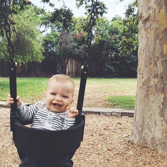 """Þessi ungi maður var einstaklega rellinn og vælinn í dag. Þannig að við fórum á róló eða """"to the park"""" eins og hér þykir móðins, til að reyna að hrista úr honum fýluna. Virkaði á meðan því stóð. #betraenekkert #stefnirkári #undirsúðíusa #swing #park #tothepark #VSCOcam"""
