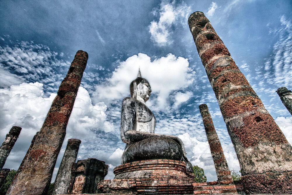 Sukhothai buddha statue HDR.jpg