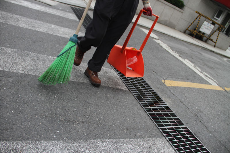 Street sweeper. Seoul, Korea.