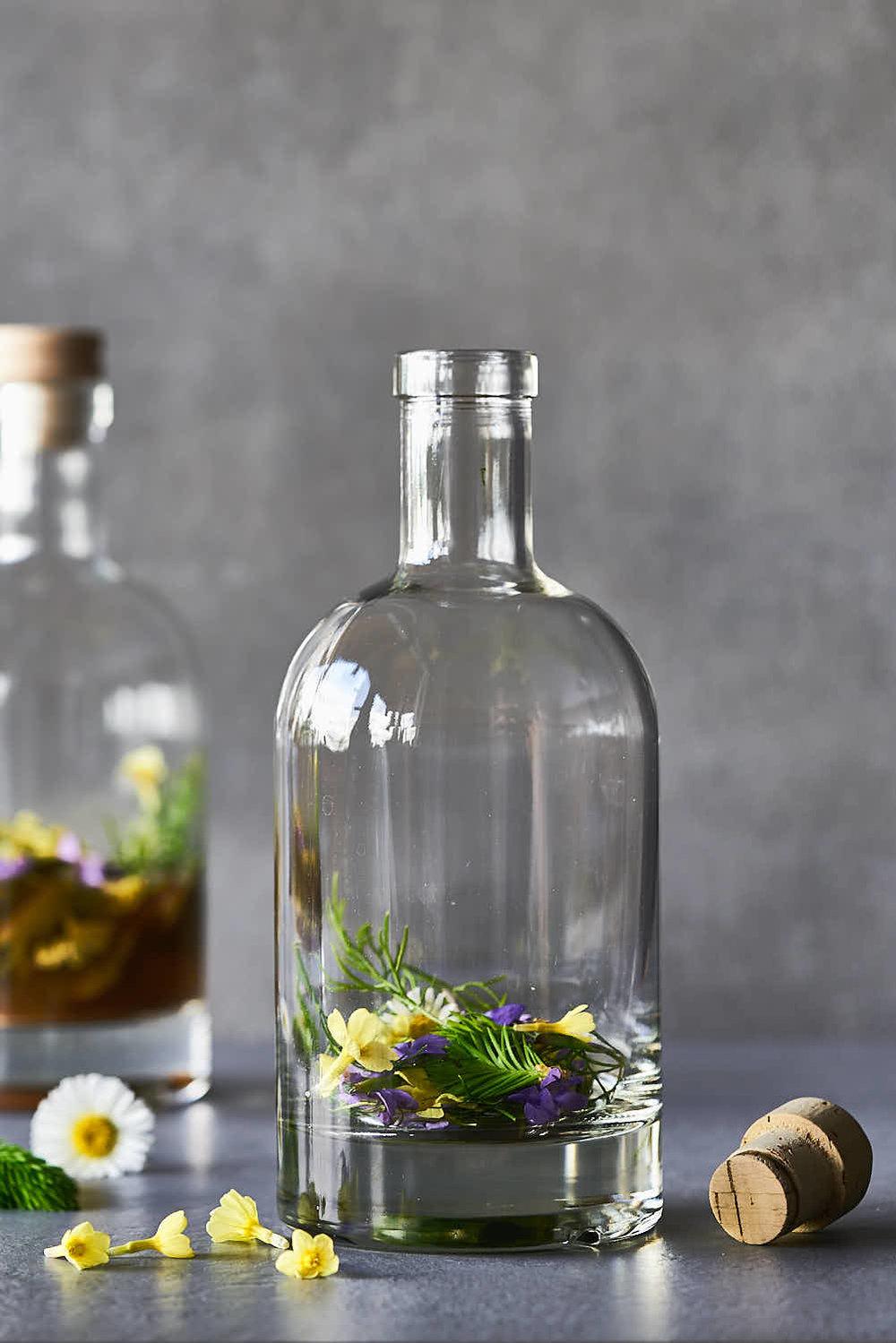 Sauerhonig, auch Oxymel genannt mit Frühlingspflanzen