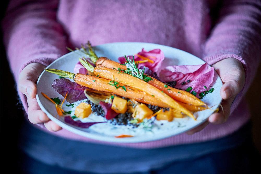 Gegrillte Karotten auf Belugalinsen