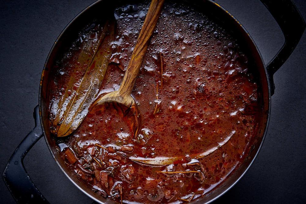Braune Sauce mit Steinpilzen & Rotwein - vegan