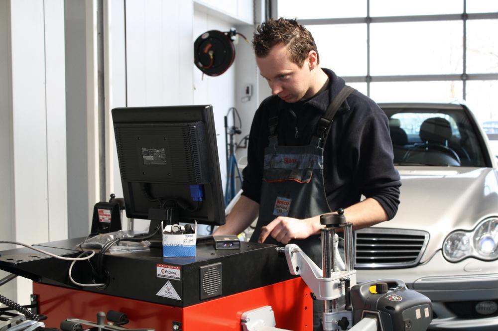 Gepassioneerde techneuten zorgen voor een optimale afstelling van de wielophanging