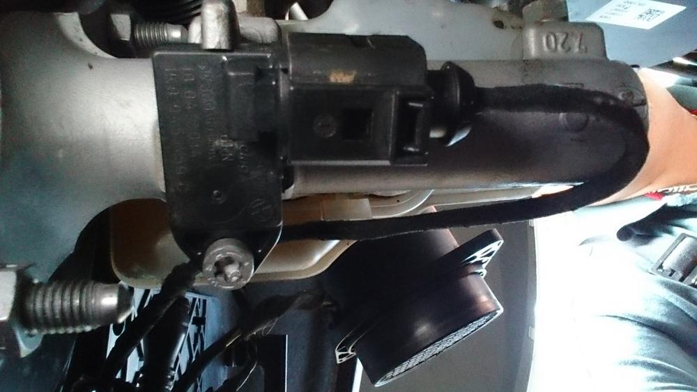 Remlichtsensor onderop hoofdremcilinder gemonteerd