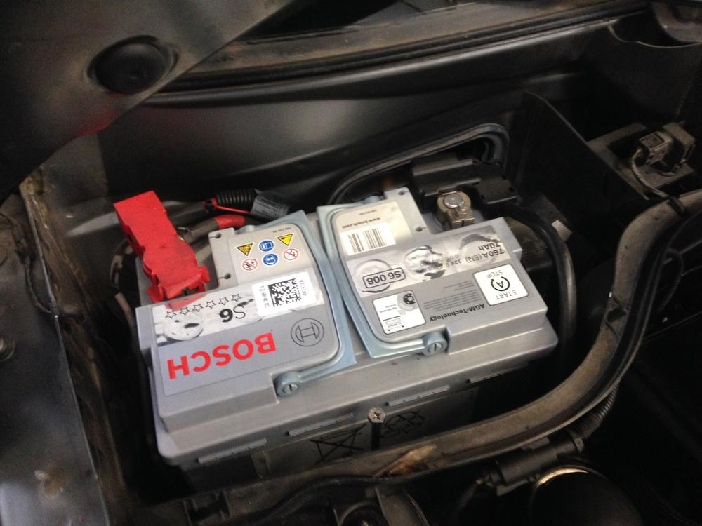 De 70 Ah AGM batterij gemonteerd in de Mini Cooper S