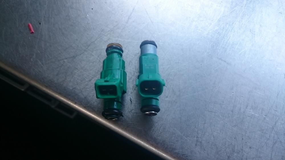 Links de injector die gemonteerd zat, rechts de nieuwe op chassisnummer bestelde injector.