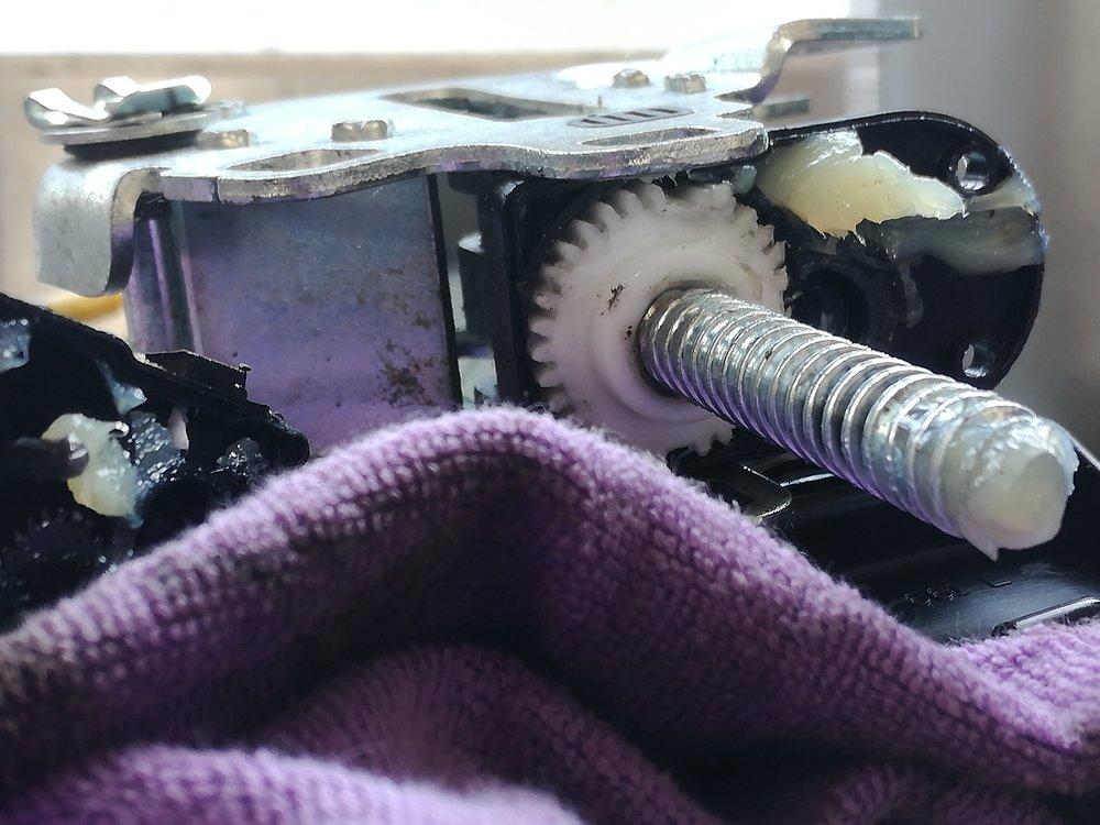 De oorzaak: Een gebroken tandwiel in de stelmotor.