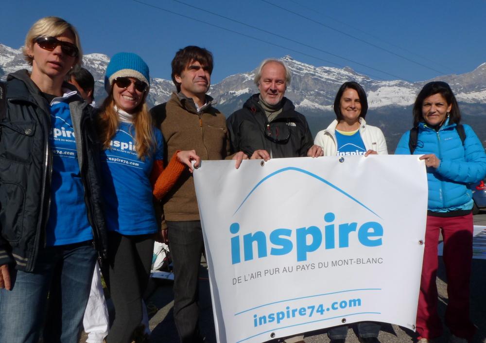 La campagne Inspire soutenue par 3 maires. De gauche à droite : Shelagh (Inspire), Vanessa (Inspire), Eric Fournier (Maire de Chamonix), Patrick Dole (Maire des Houches), Anne (Inspire), Laure Schmutz (Maire de Servoz).