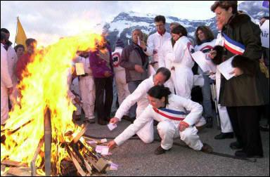 Mars 2003, cartes d'électeurs brûlées, les citoyens et élus locaux n'étant jamais écoutés