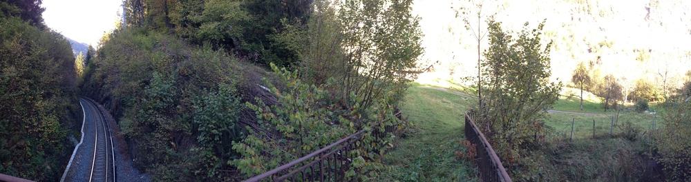 A droite de la voie ferrée en descendant, une passerelle existe déjà et ouvre la possibilité de créer un passage au plus court, depuis le chemin des diligences jusqu'aux Mouilles (au fond de Vaudagne), pour rejoindre les Montées Pelissier, Le Lac etc.