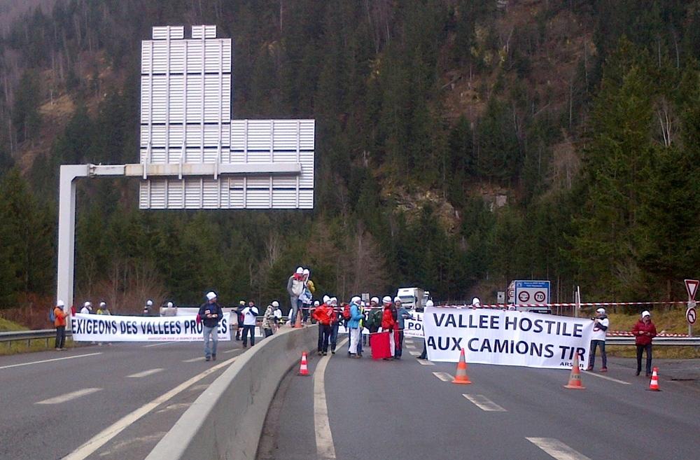 6 décembre 2014. 13h45. Pendant qu'un groupe de militants fait diversion au rond-point de la Vigie, un autre groupe investit la rampe d'accès au tunnel du Mont-Blanc et bloque la circulation.