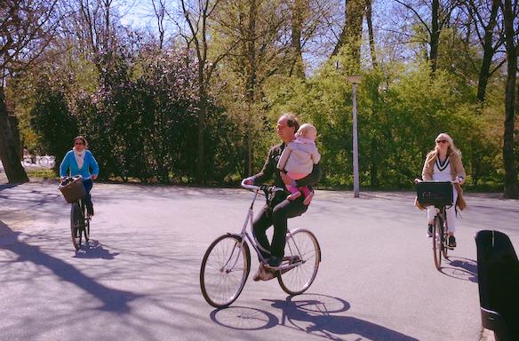 MOBILITÉ DES PERSONNES - 8 - Déployer le Léman Express au maximum de ses capacités et développer une offre en transports en commun en rabattement vers les gares.9 -Développer le vélo comme mode de déplacement, avec un «Plan vélo» pour les aménagements cyclables du quotidien en Haute-Savoie.10 -Harmoniser les offres de covoiturage, développer l'auto-stop sécurisé.