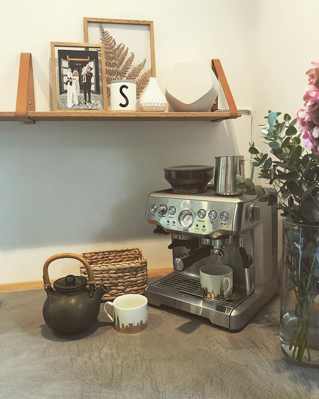 Te? Kaffe? 🍵☕️#nhoslokjøkken #nhoslohylle #innekos #høst #oslo #kjøkkenfest #vintage #espresso #skinndetaljer #mikrosement @bangolufsen @mestergronn @hmhome @kolonihagen @designhousestockholm @designletters