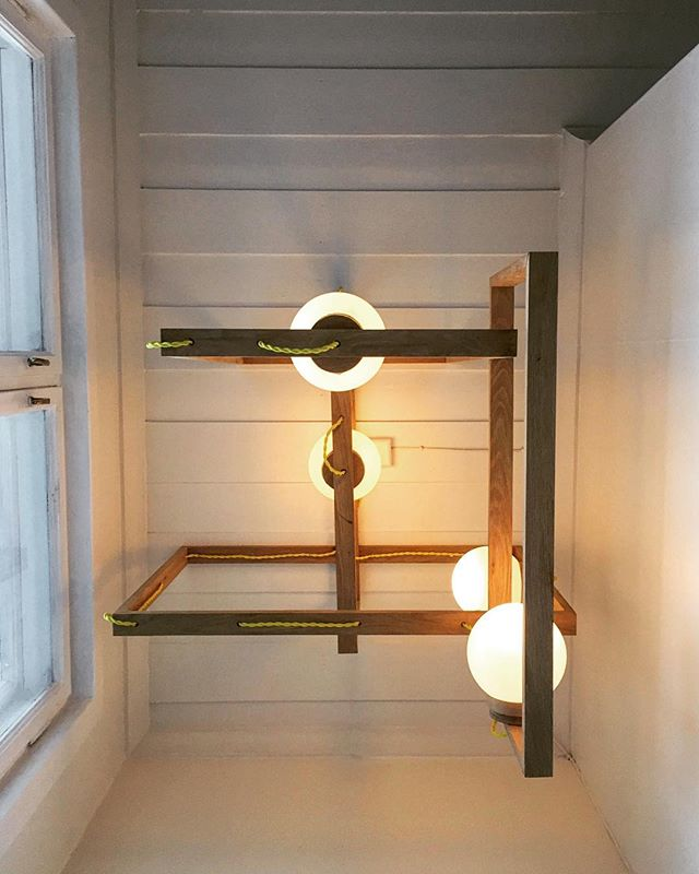 Denne lampen gir mye lys og varme i trappen vår✨✨#nhoslolampe #bobleravlys #lampe #lys #allofthelights #light #jul #oslo #norway #vinter #varme #førjulstid #sexysnekkern #hjemmelaget #håndverk #nordicliving #local #mittnordiskehjem