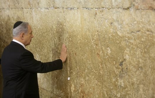 After the victory, the Prime Minister went to the Western Wall to say a prayer of thanks.