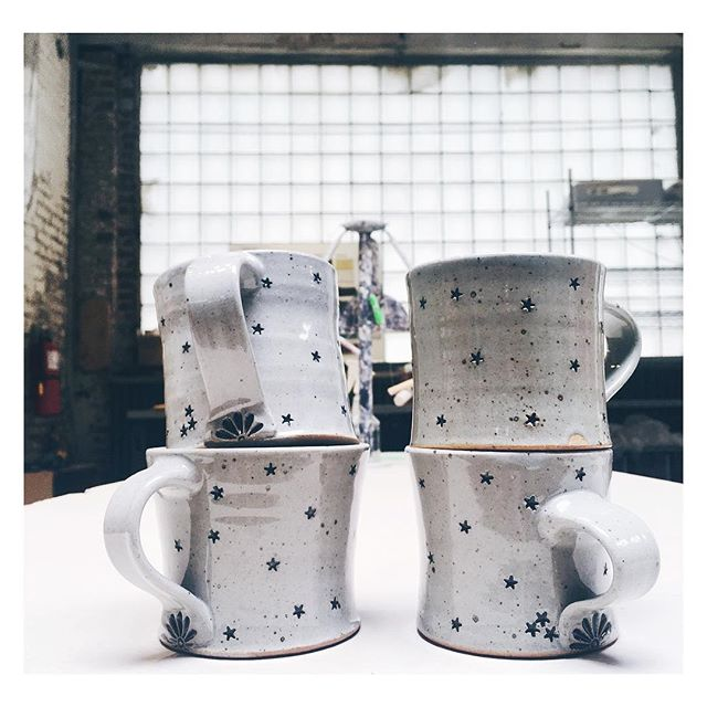 ⭐️ Interrupting my regular posting schedule (haha, I only dream I were organized enough to have a posting schedule) to let those who are interested know that I have a tiny batch of starry mugs available! (One's spoken for -- 👋 @loreatxime -- but the other ones are yours if you'll have them. 36 buckaroos each.) ⭐️