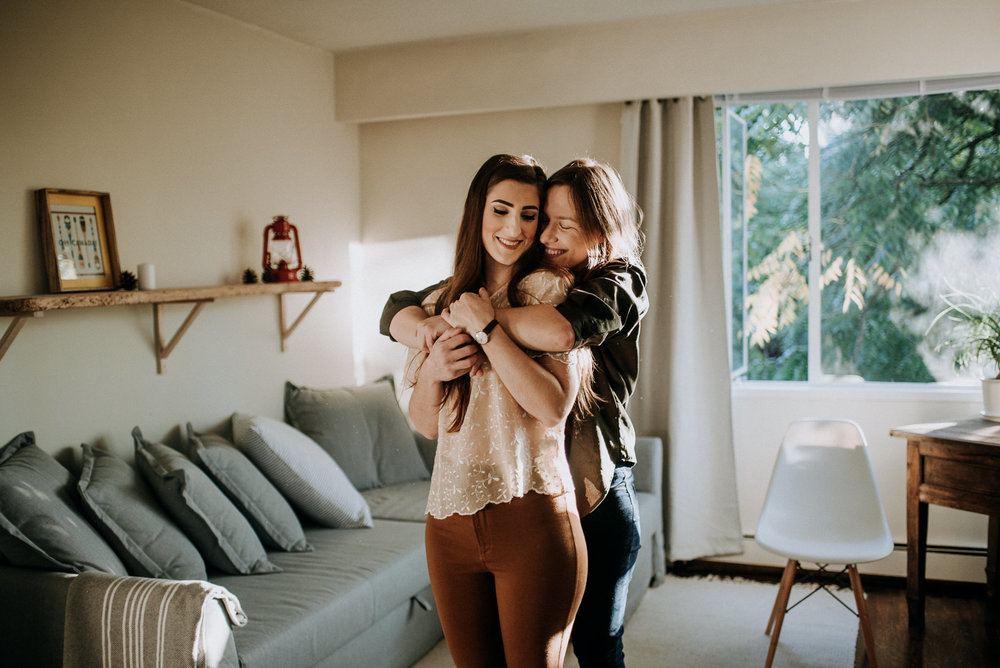 16-sara-rogers-photography-lgbtq-same-sex-cozy-in-home-session-lorenzailenia-4245.jpg