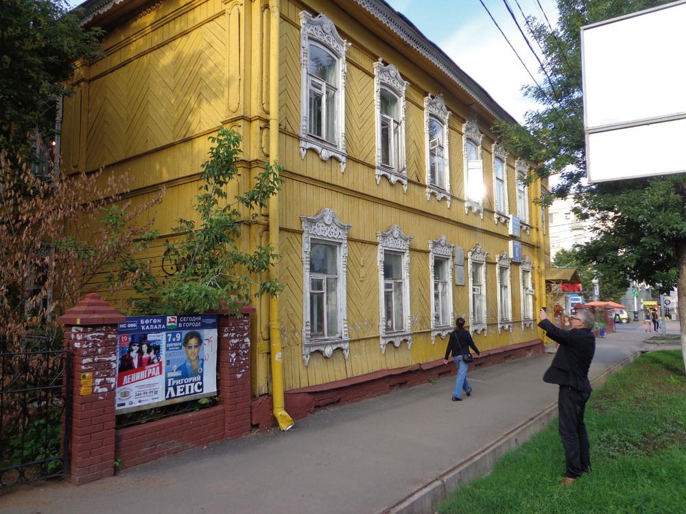 Питер Бишоп фотографирует Дом Боровского на ул. Чернышевского 83