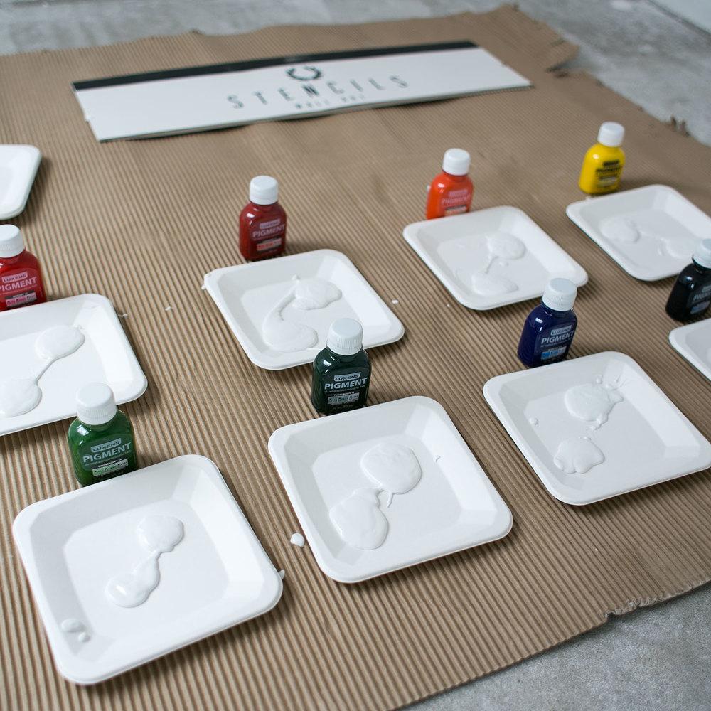 - 5 -  szykujemy tacki z pigmentami. nie radzę nalewać białej farby od razu na wszystkietacki, jak ja to tutaj zrobiłam. zanim doszłam do połowy malowania, biała farba na tackach wysuszyła się. lepiej po kolei nabierać białą farbę i robić kolory.