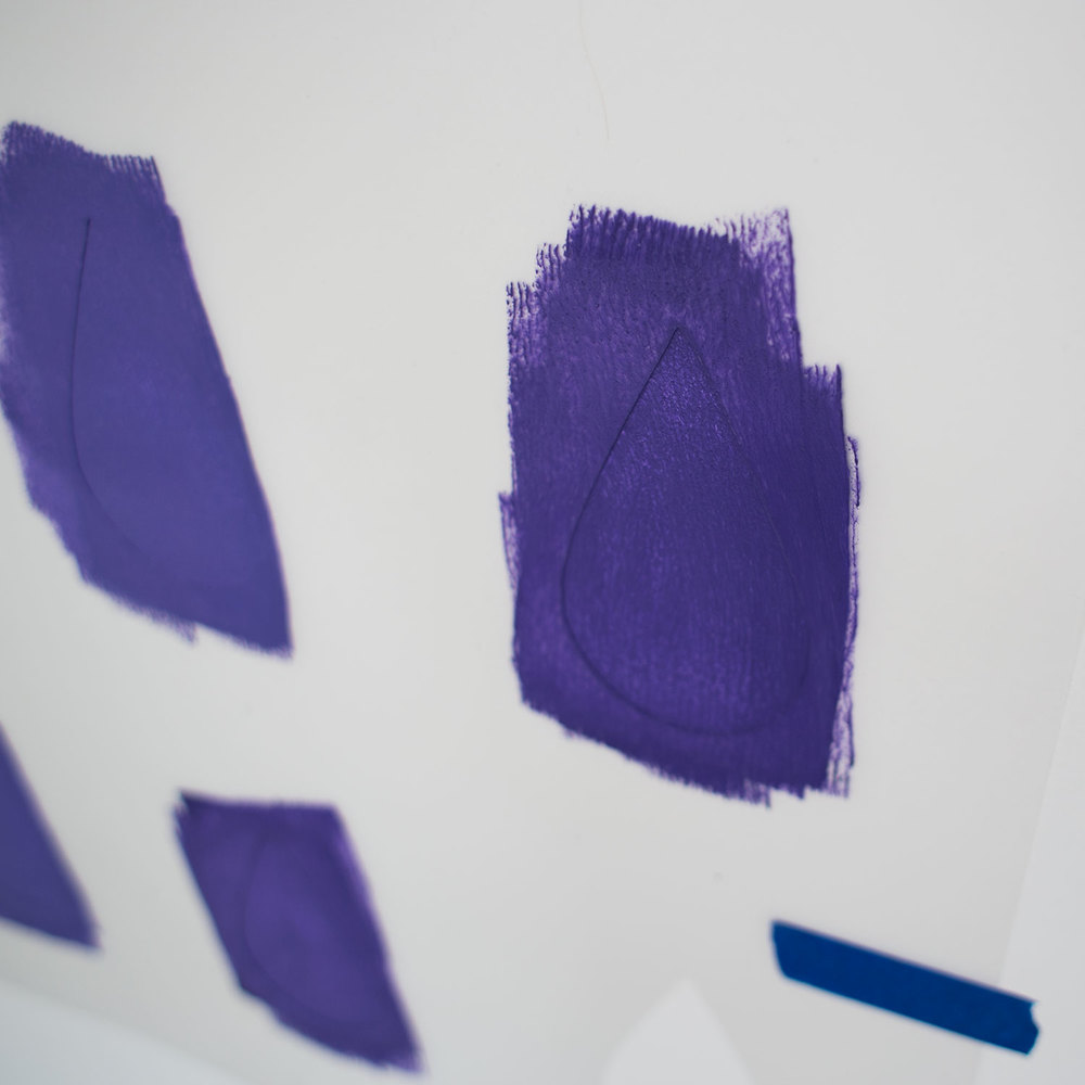- 8 -  na początku malowałam mini wałkiem rolując farbę. ale aby kolor nie przebijał, musiałam malować dwie warstwy - na co nie miałam czasu, bo prawie każda kropa była w innym odcieniu. a odcień farby mi znikał z tacki, jak dolewałam pigmentu.