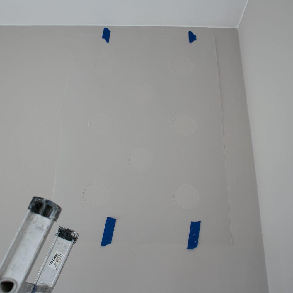- 2 - przyklejamy na taśmę szablon do ściany. staramy się, by było w poziomie.